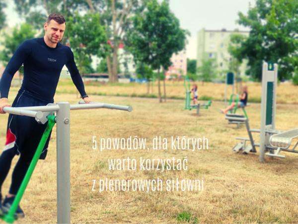 mężczyzna ćwiczący na zewnętrznej siłowni